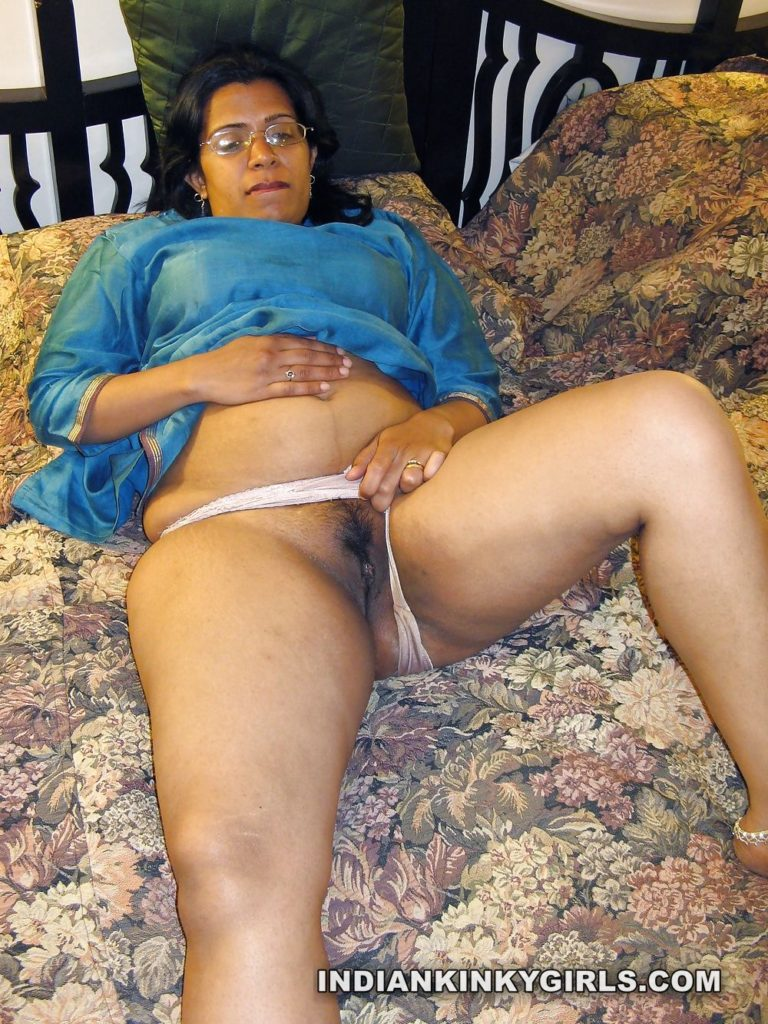 aunty nude in room