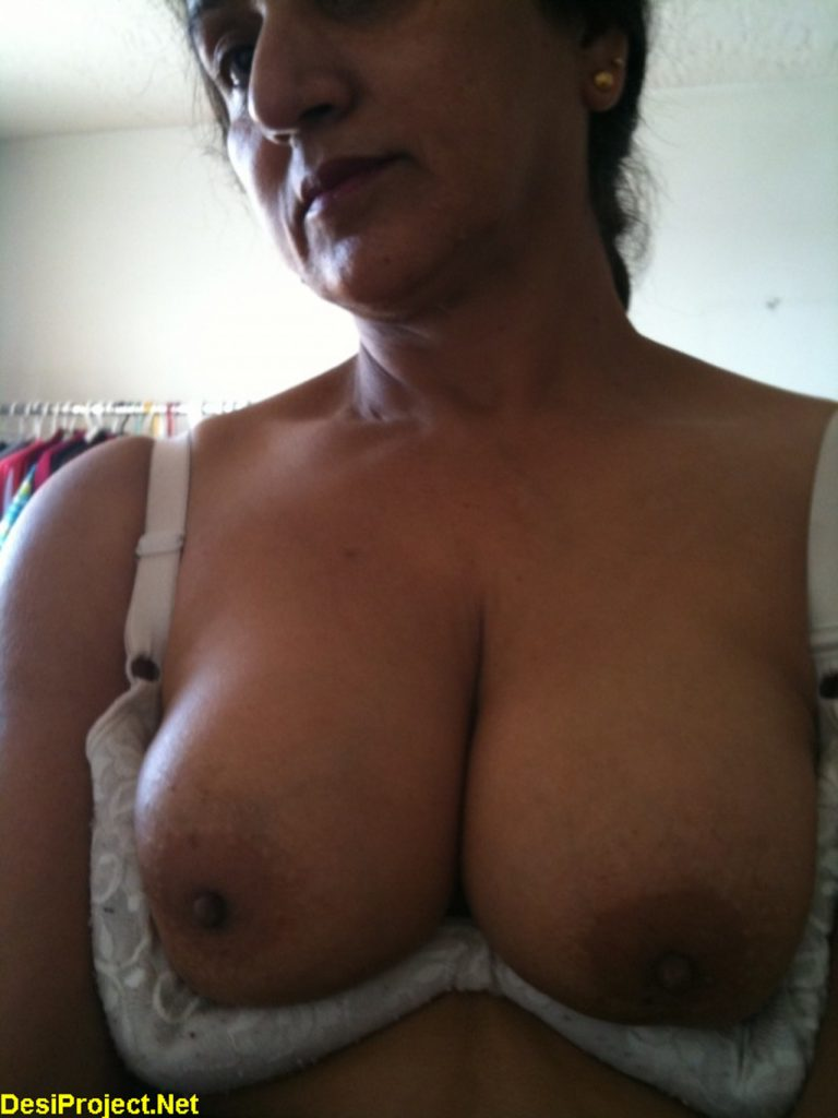Tharki Indian Aunty Topless Selfies Milky Boobs Show -3652