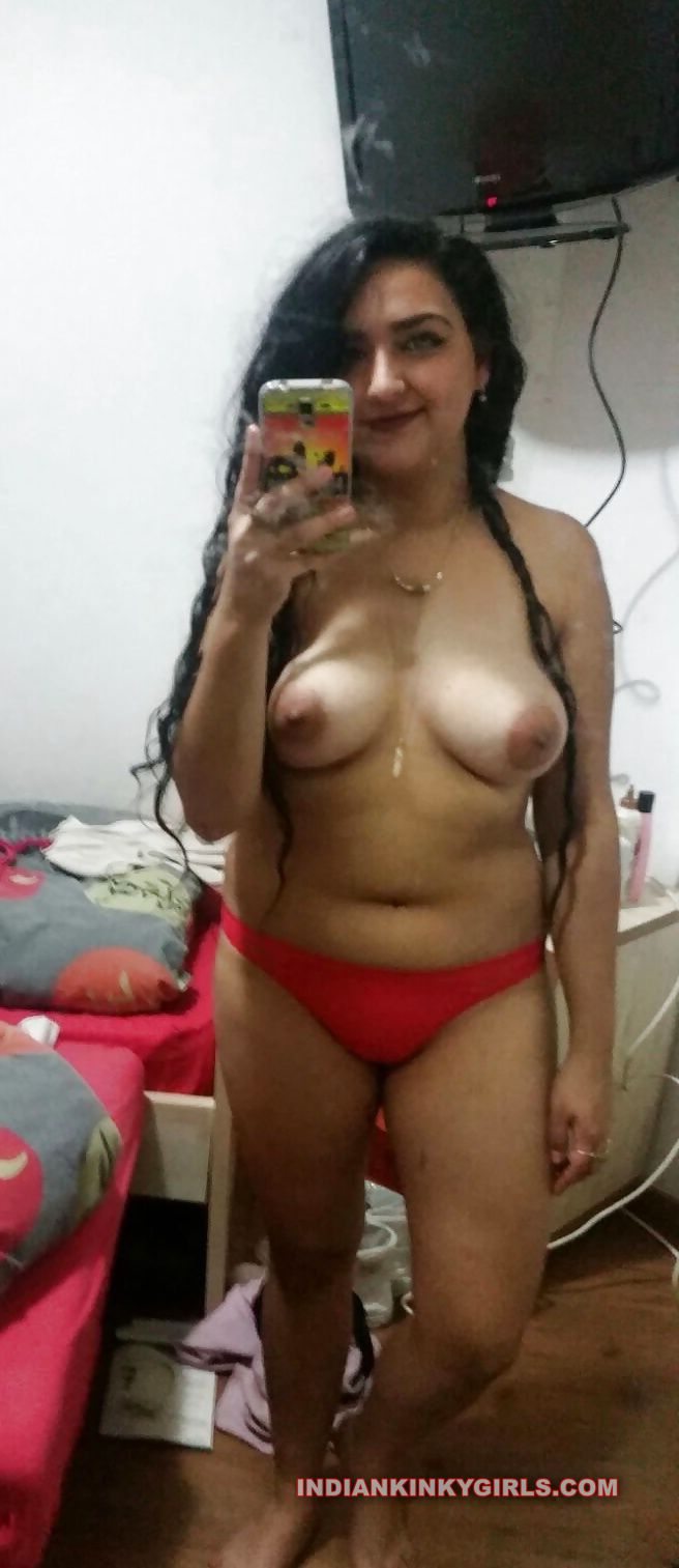 sexy selfies showing tits leaked 002