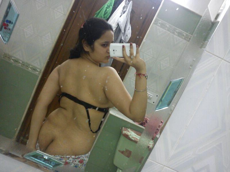 tharki bhabhi nude selfies showing ass and boobs