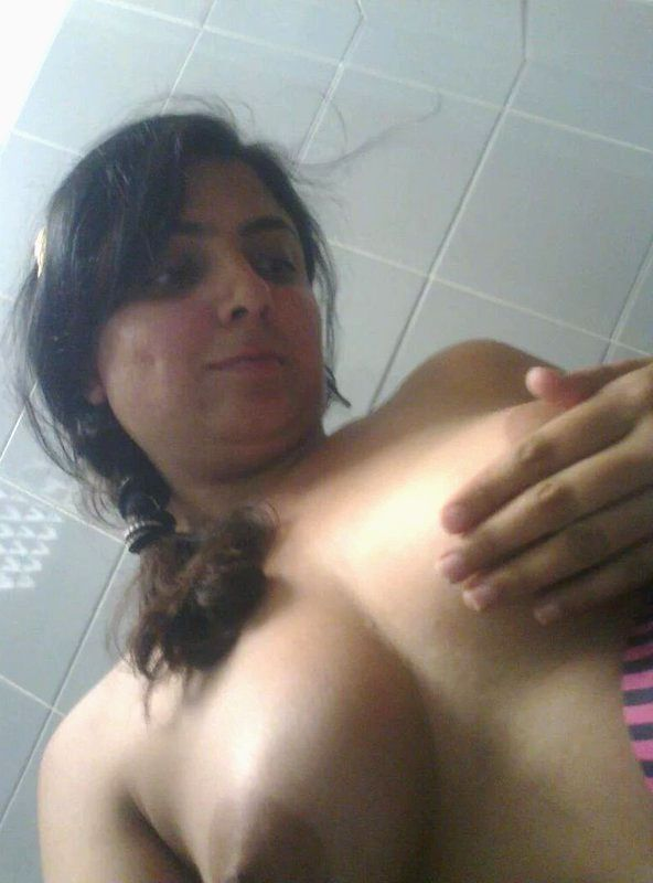 hot desi wife pooja topless bathroom leaked selfies