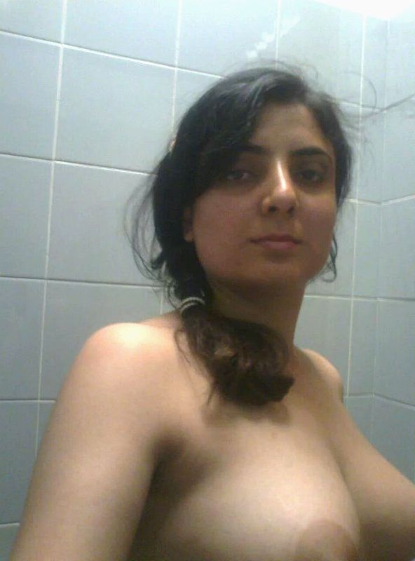 hot desi wife pooja topless bathroom leaked selfies 002