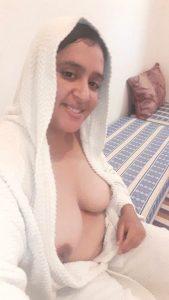 tharki kashmiri aunty topless selfies 001