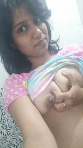 nagpur wife topless selfies squeezing boobs 006